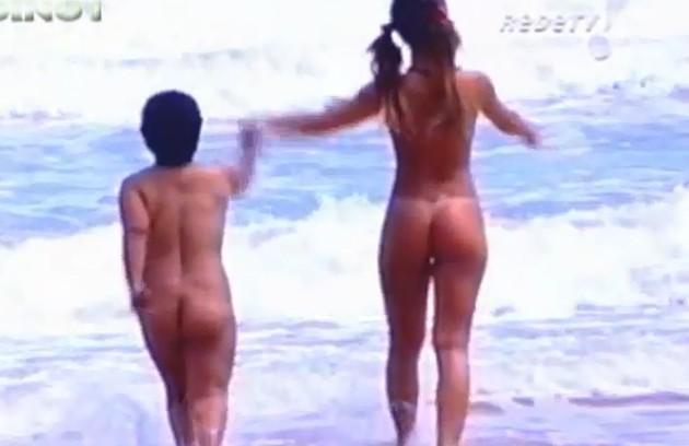 A apresentadora tirou a roupa com a anã 'Marlene Mattos' para gravar numa praia de nudismo (Foto: Reprodução da internet)