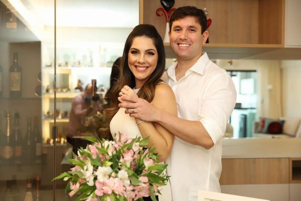 Marília e Renan casaram na própria residência devido ao isolamento social para conter o novo coronavírus — Foto: Luiz Fabiano/Divulgação