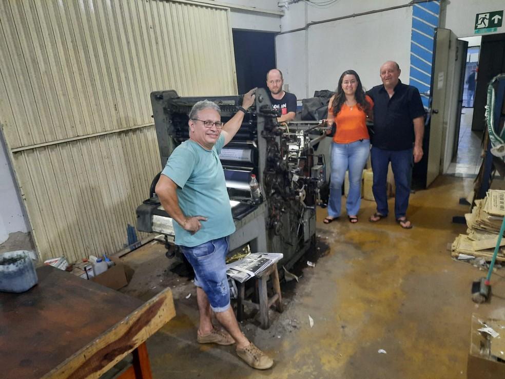 Equipe do jornal no último dia da edição impressa do Tribuna Popular — Foto: Matheus Afonso/Reprodução