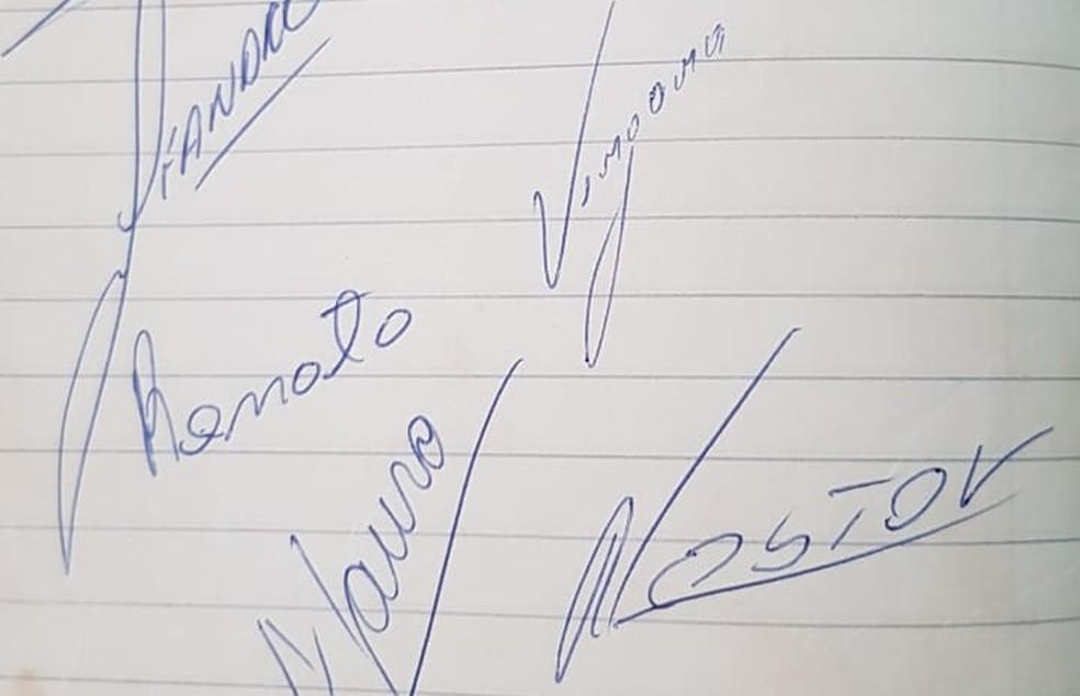 Torcedora guarda caderno com autógrafos da partida de junho de 1980 — Foto: Viviane Fialho / Arquivo Pessoal
