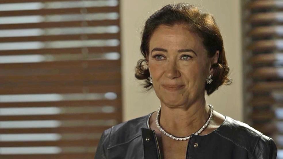 Valentina faz ligação internacional em busca de novo aliado, na novela 'O Sétimo Guardião' — Foto: TV Globo