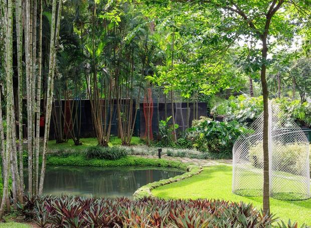 Projetado originalmente por Burle Marx, a área verde tem espécies tropicais e ligação próxima com a floresta da Tijuca. Obras de Carlos Vergara e Ascânio MMM enriquecem a paisagem (Foto: Jaime Acioli/Divulgação)