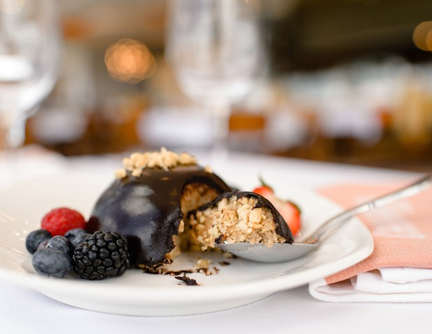 The rollout of hundreds of new plant-based dining options at Walt Disney World Resort in Lake Buena Vista, Fla., and Disneyland Resort in Anaheim, Calif., includes Plant-Based Cashew Cheescake from California Grill at Disney's Contemporary Resort. Beginni (Foto: Divulgação)