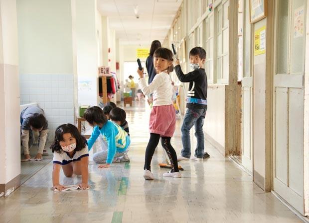 Educadores japoneses defendem que ação ajuda na construção de noções de responsabilidade. (Foto: Marcelo Hide/BBC)