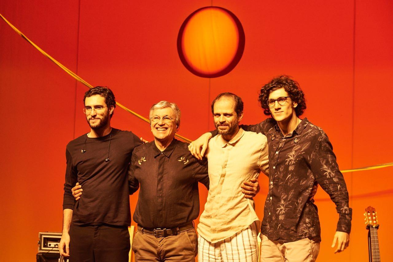 Caetano Veloso, em turnê com os filhos, relembra que Tom não gostava de ouvi-lo cantar: 'Demonstrava irritação'