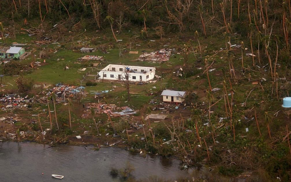 Imagem aérea mostra destruição causada pela passagem do ciclone Winston na ilha de Vanua Blava, no Fiji, em 2016.  (Foto: AP/Força de Defesa da Nova Zelândia)