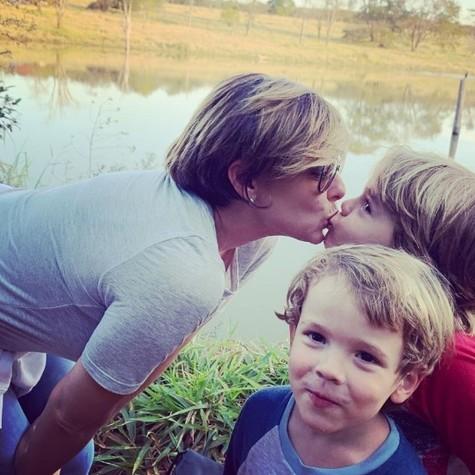 Regiane Alves e os filhos, João e Antônio (Foto: Reprodução/Instagram)
