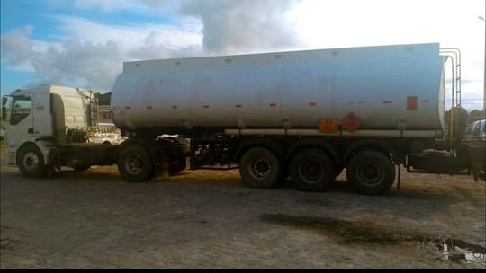 Caminhão roubado com carga de quase R$ 100 mil em óleo diesel é recuperado na PB