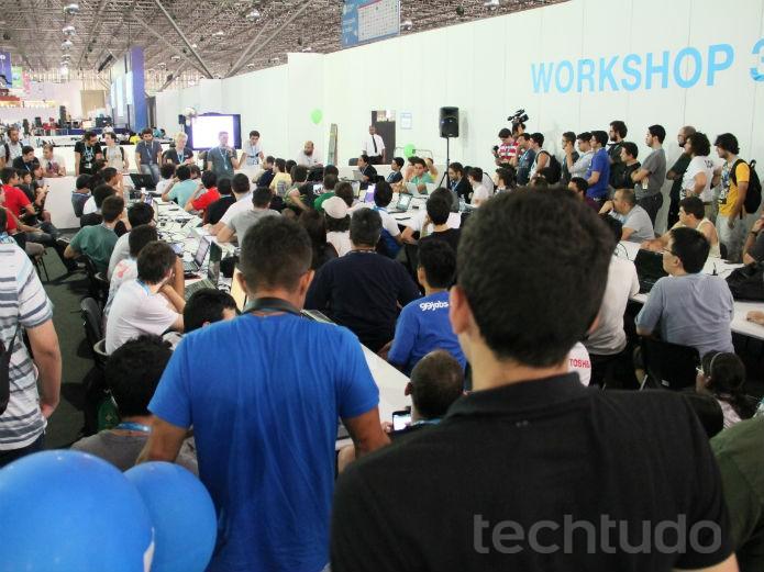 Com tanto público, muitos acabaram assistindo o evento, de uma hora e meia de duração, em pé  (Foto: TechTudo/Renato Bazan)