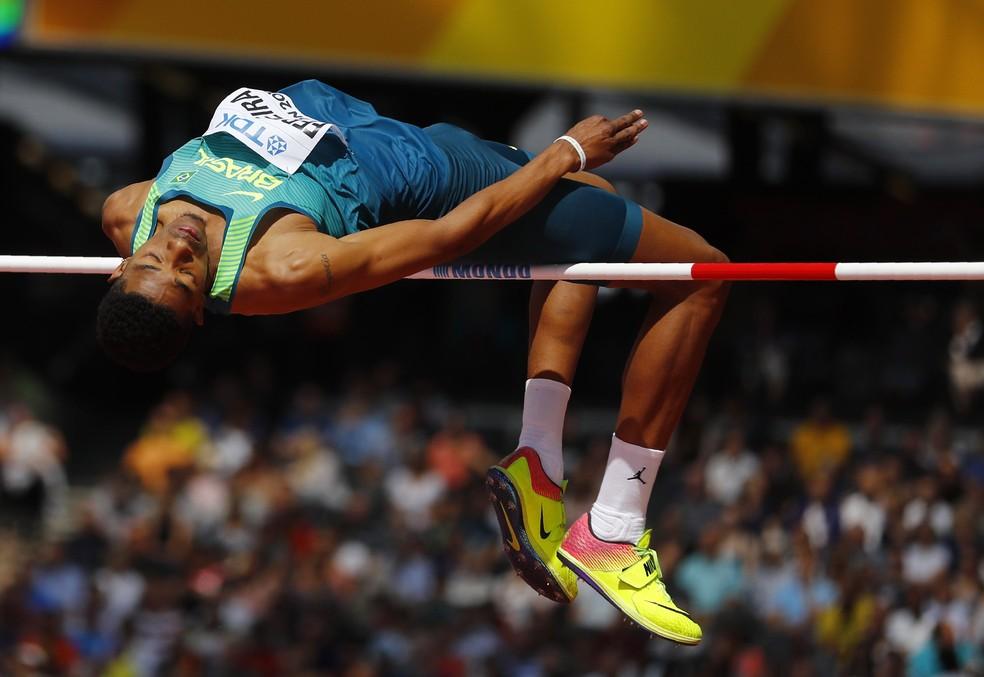 Fernando Ferreira se estica todo para tentar ir à final do salto em altura (Foto: Reuters)