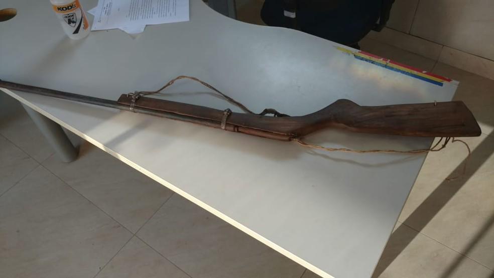 Espingarda usada em alguns crimes foi apreendida — Foto: Polícia Militar/Divulgação