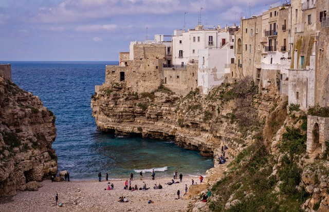 The stunning beach of Polignano a Mare on the Italian coast of Puglia, a small charming village built on top of the sea (Foto: divulgação)