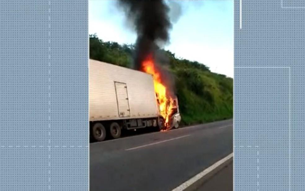 Seis morreram após batida entre caminhão baú e carro de passeio na Bahia — Foto: Reprodução/TV Bahia