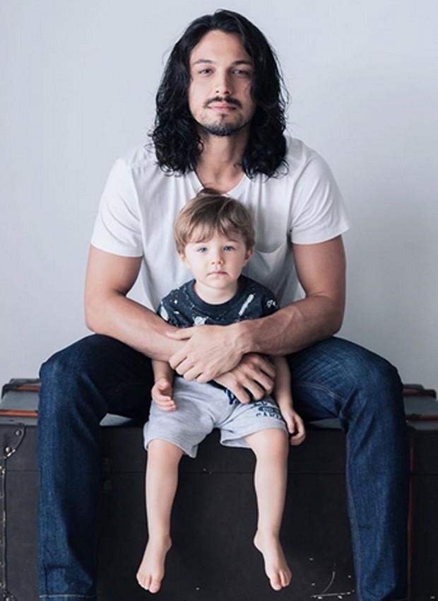 Rômulo Estrela e o filho, Théo (Foto: Reprodução/Instagram)