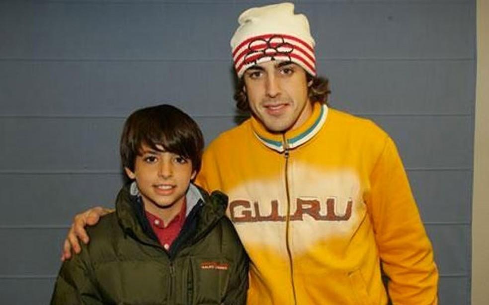 O jovem Sainz posa com o bicampeão Alonso no início de sua carreira — Foto: Arquivo Pessoal