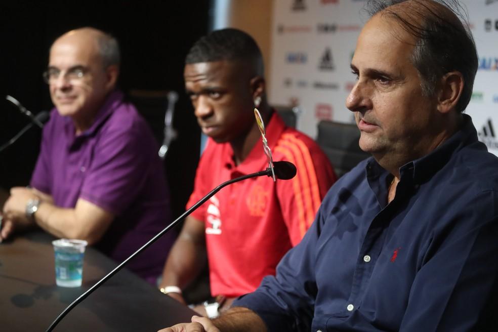 Vinicius Jr. ao lado de Carlos Noval: relação antiga e choro na despedida do Flamengo — Foto: Gilvan de Souza / Flamengo