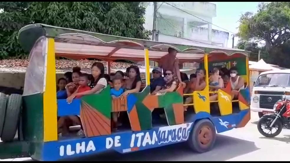 Carro adaptado como trem turístico tem aglomeração e pessoas sem máscara em Itamaracá, no Litoral Norte de Pernambuco, neste sábado (2) — Foto: Reprodução/TV Globo