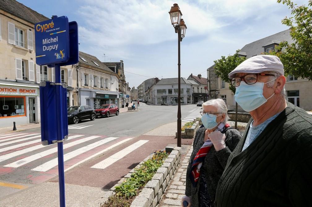 12 de maio: dois idosos esperam ônibus em Crépy-en-Valois, a nordeste de Paris, na França. — Foto: François Nascimbeni / AFP