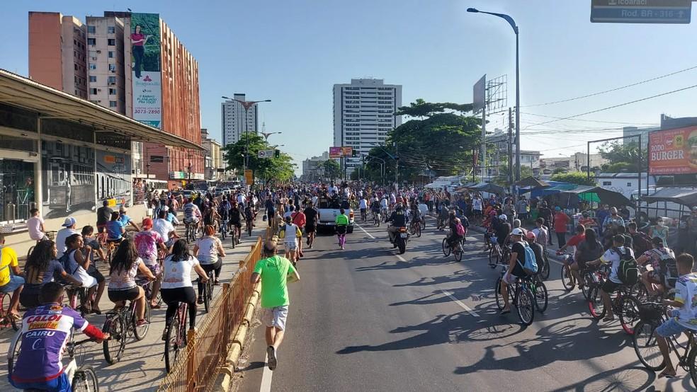 Fieis vão às ruas manifestar a fé em Nossa Senhora de Nazaré — Foto: Antenor Filho