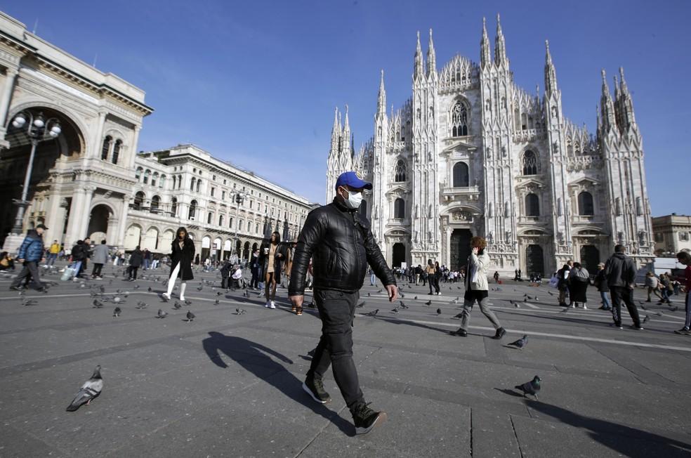 Homem usa máscara para se proteger do coronavírus na praça da catedral de Milão, na Itália, nesta segunda-feira (24) — Foto:  Luca Bruno/AP