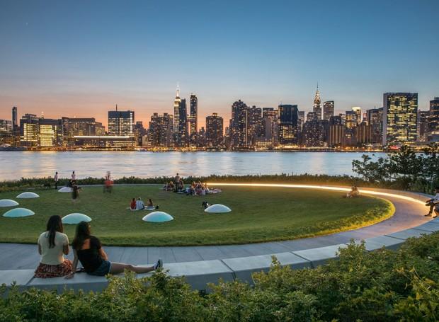 Ao anoitecer, o local é iluminado pelas luzes dos prédios de Nova York, que são refletidas no rio (Foto: David Lloyd/  Reprodução)
