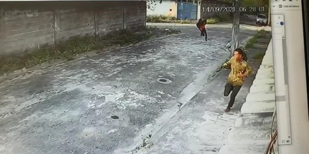 Assaltantes fugiram de policial civil após tentativa de assalto na Serra — Foto: Reprodução/TV Gazeta