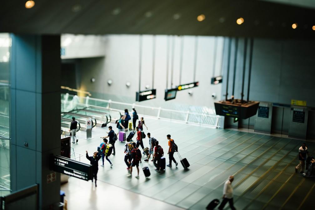 Passageiros compram passagem com escala, por ser mais barata, e deixam o aeroporto na cidade de conexão — Foto: chuttersnap/Unsplash