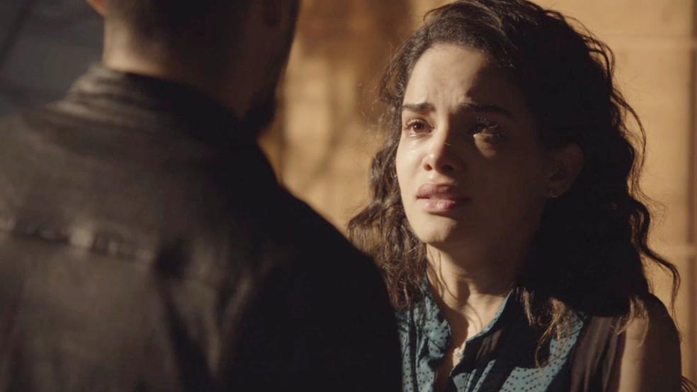 Paulina (Carol Macedo) sofre com a condenação do Barão (Rui Ricardo Diaz), em 'O Tempo Não Para' — Foto: TV Globo