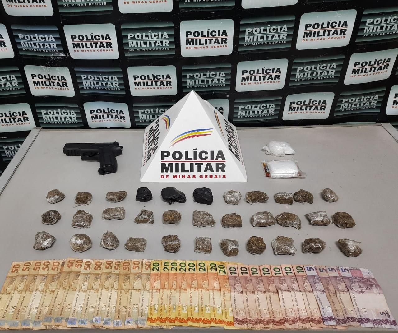 PM apreende mais de 30 tabletes de maconha e réplica de pistola com rapaz em Pará de Minas