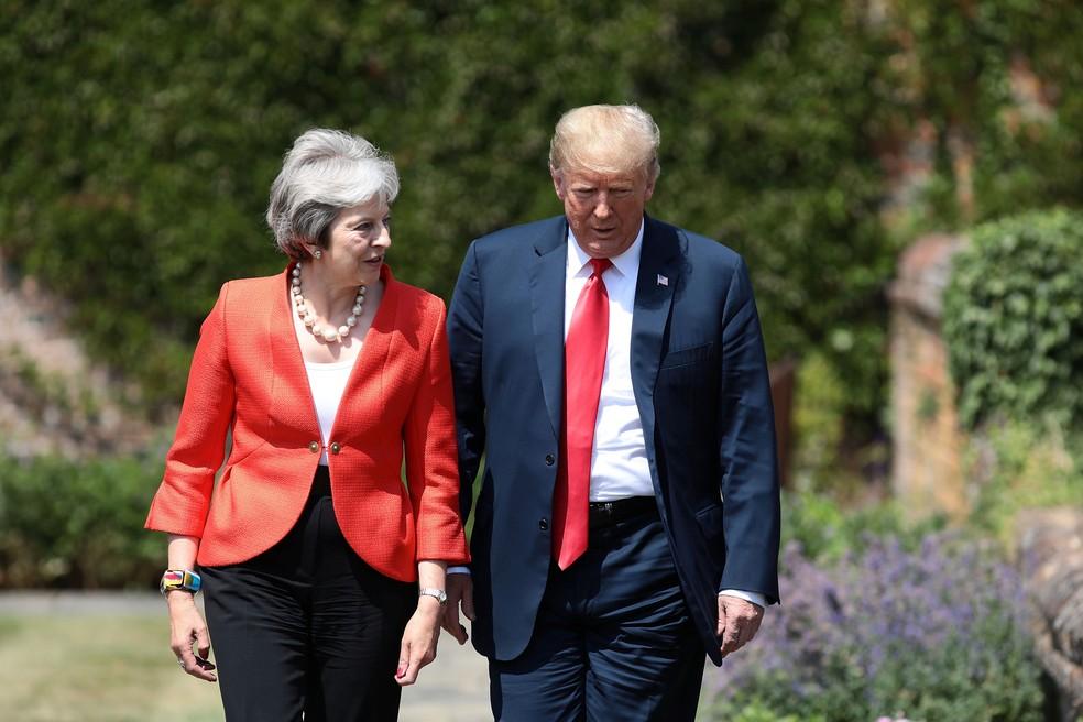 Theresa May e Donald Trump chegam para coletiva de imprensa nesta sexta-feira (13) nos jardins da casa de campo da premiê em Chequers (Foto: Jack Taylor/Pool via Reuters)