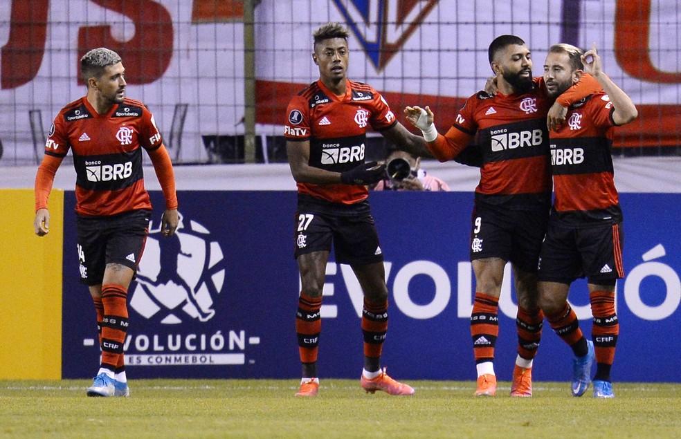 Jogadores comemoram o primeiro gol em Quito — Foto: REUTERS/Rodrigo Buendia