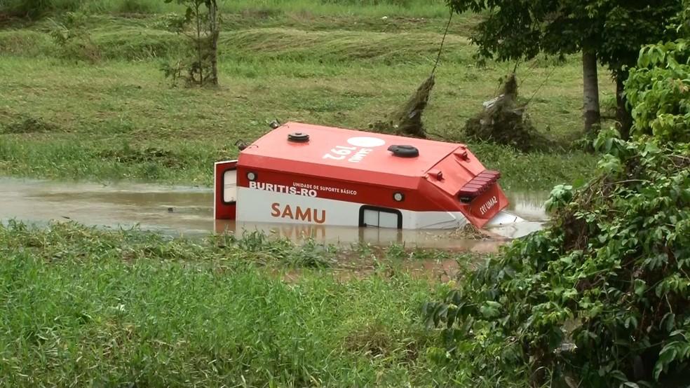 Ambulância caiu no rio com cinco passageiros, mas ninguém ficou ferido — Foto: Rede Amazônica/Reprodução