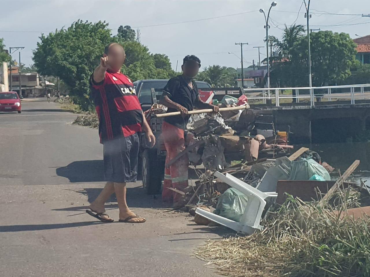 Vídeo mostra homens jogando carroça de lixo às margens de canal em Macapá