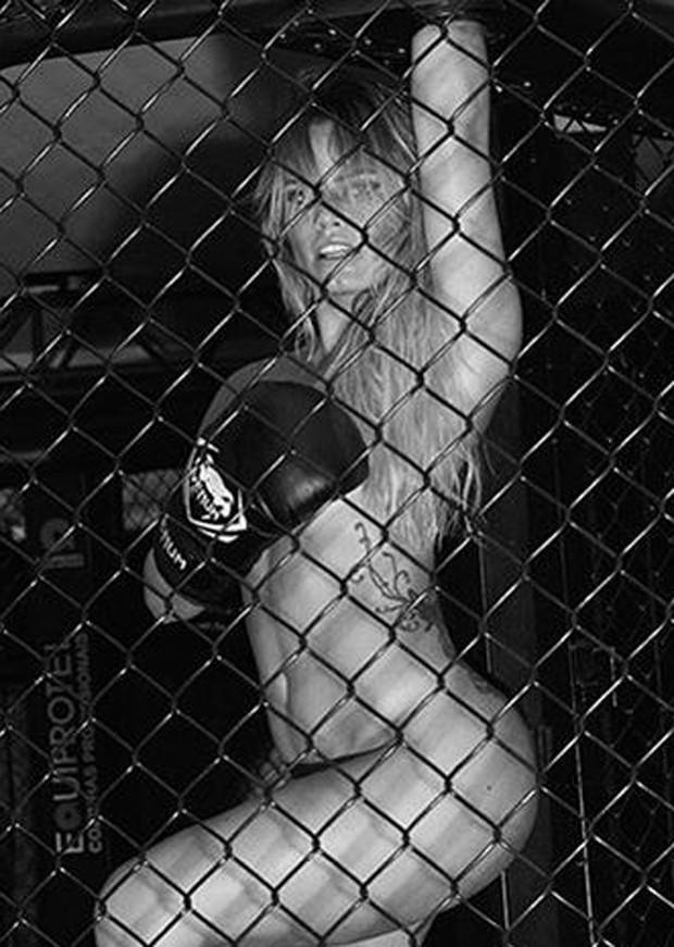 Nati Casassola compartilha clique sexy  (Foto: Guilherme Stadzisz)