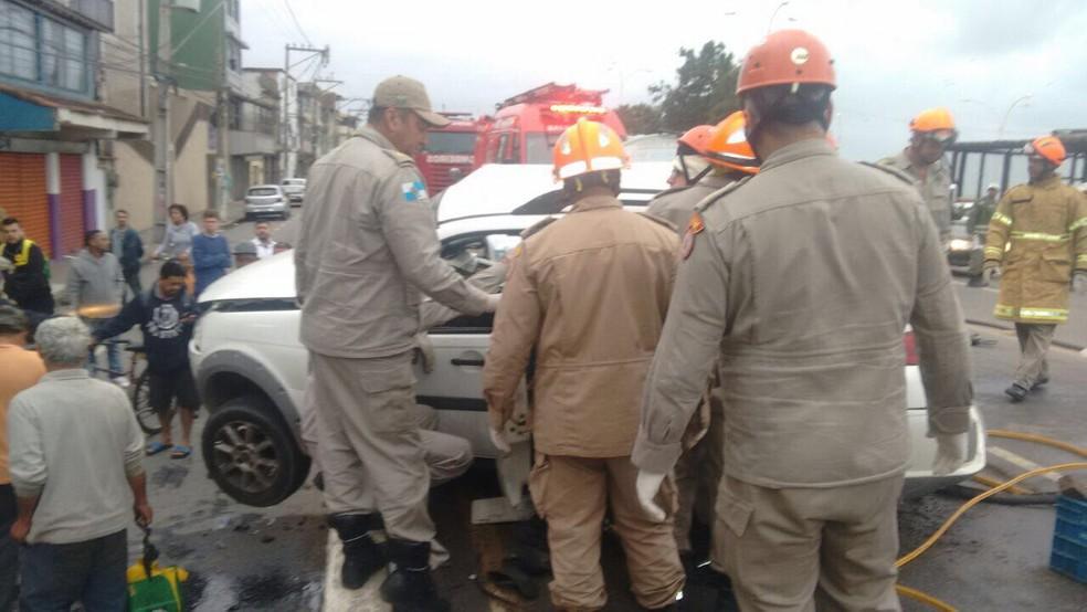 Corpo de Bombeiros fez o resgate das vítimas, que foram levadas para o hospital (Foto: Divulgação/Batalhão da Polícia Rodoviária)
