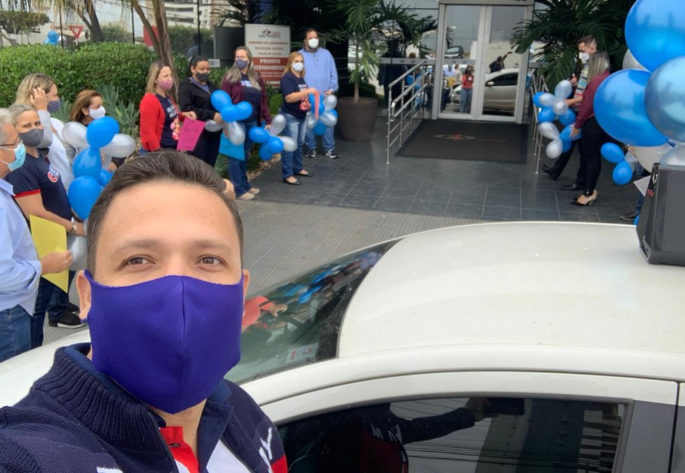Amigos e familiares de Marcelo Brito o esperaram na saída do hospital — Foto: Arquivo pessoal
