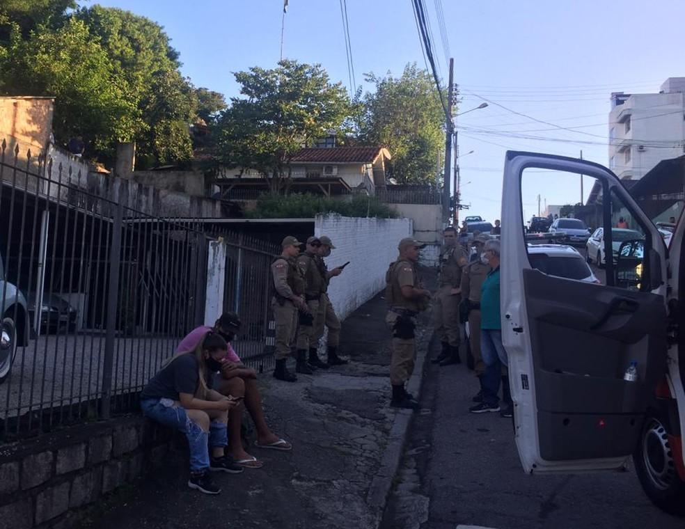 Movimentação da PM após assassinato de mulher em Florianópolis — Foto: Reprodução