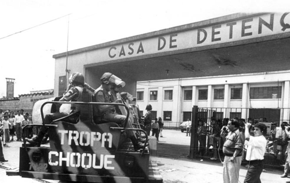 Choque entra no Carandiru na tarde de 2 de outubro de 1992 — Foto: Arquivo Diário de S.Paulo