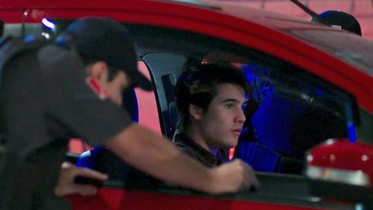 Polícia para o carro de Rodrigo