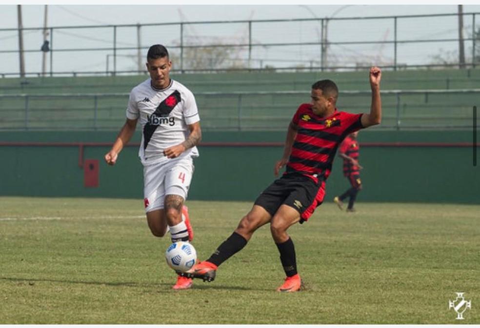 Zé Vitor vem se destacando ao lado de Menezes na zaga e está no radar de Cabo — Foto: Vitor Brügger / Vasco