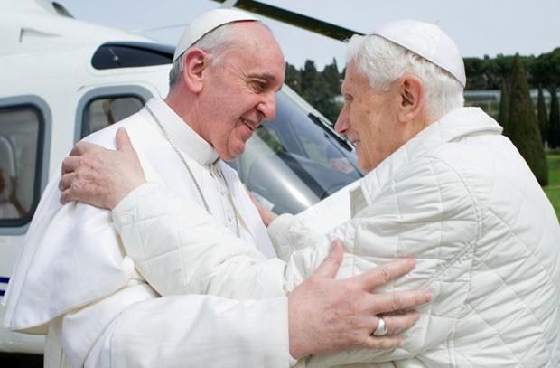 Tanto o atual Papa Francisco quanto antecessor Bento XVI usaram vestes brancas (Foto: AFP)