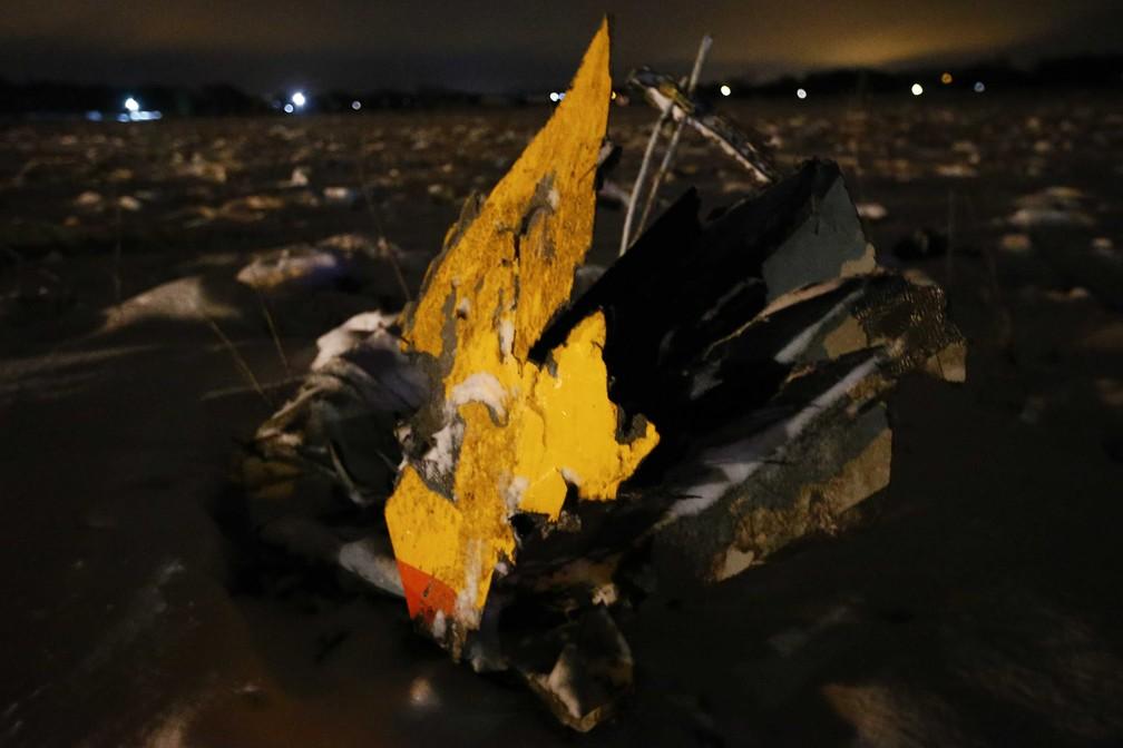 Partes do aviA?o que caiu neste domingo (11) nos arredores de Moscou (Foto: Sergei Karpukhin/Reuters)