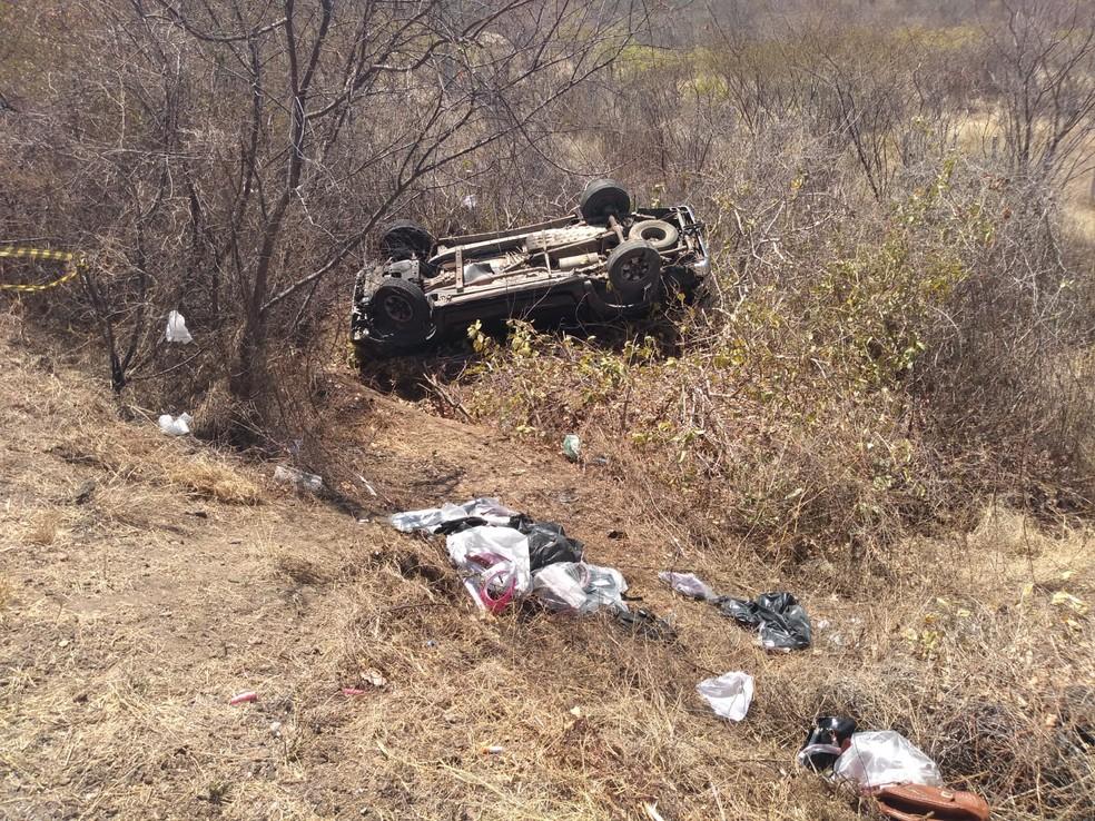 Homem morre após perder controle de direção e capotar carro, no Sertão da Paraíba — Foto: Beto Silva/ TV Paraíba