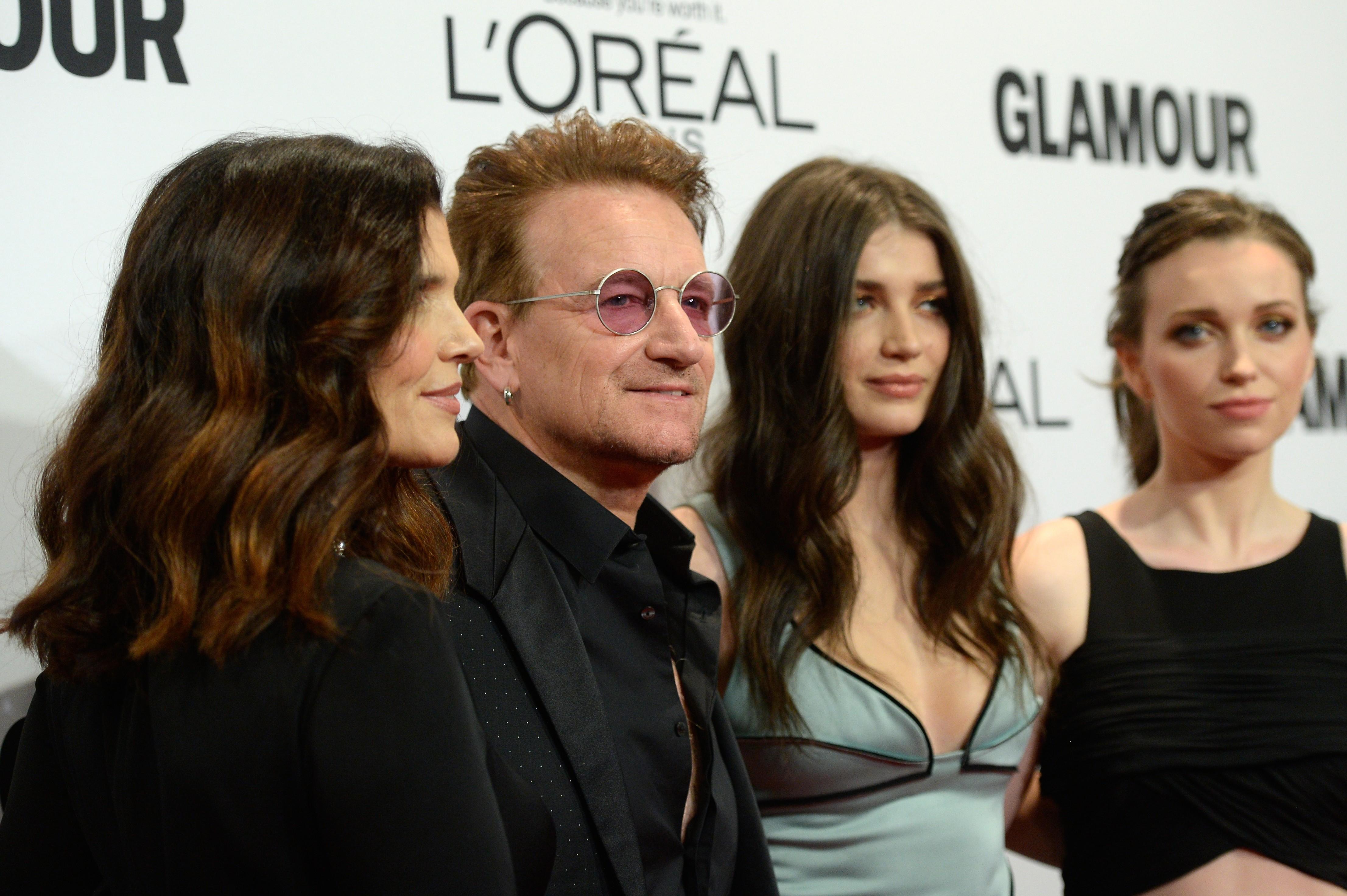 A atriz Eve Hewson com o pai, Bono Vox, a mãe, Ali Hewson, e uma irmã (Foto: Getty Images)