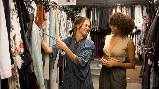 Calça de cintura alta é peça-chave no armário de Vanda, em 'O Tempo Não Para'; veja looks