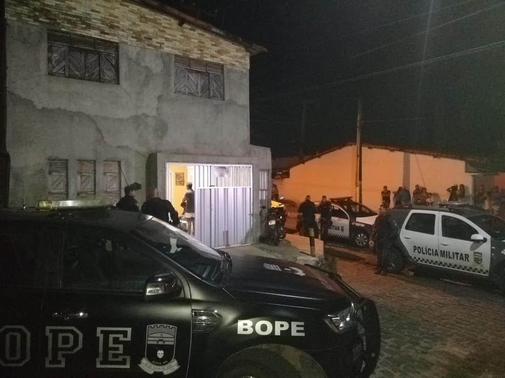 Polícia foi acionada para negociar com homem que faz duas mulheres reféns — Foto: Oscar Xavier/Inter TV Cabugi