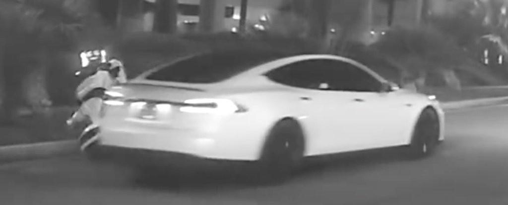 O carro autônomo da Tesla atinge robô (Foto: Reprodução/YouTube)