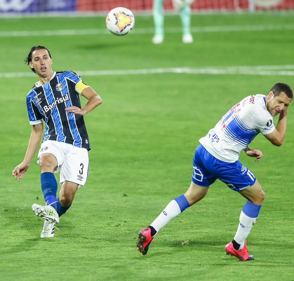 Geromel sentiu problema muscular no jogo contra a Católica — Foto: Lucas Uebel / Grêmio FBPA