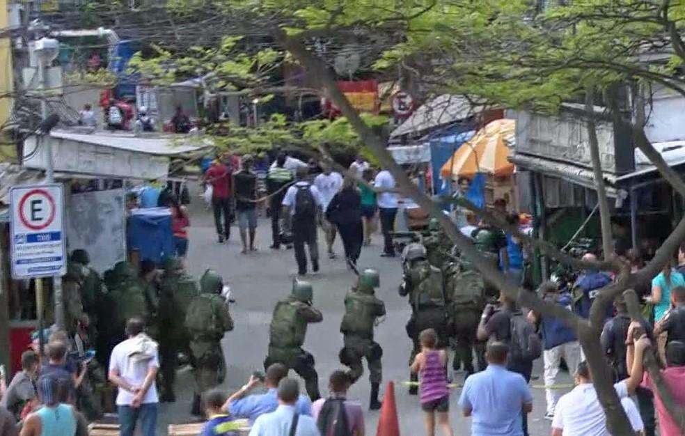 Militares avançam nas ruas da Rocinha (Foto: Reprodução/TV Globo)