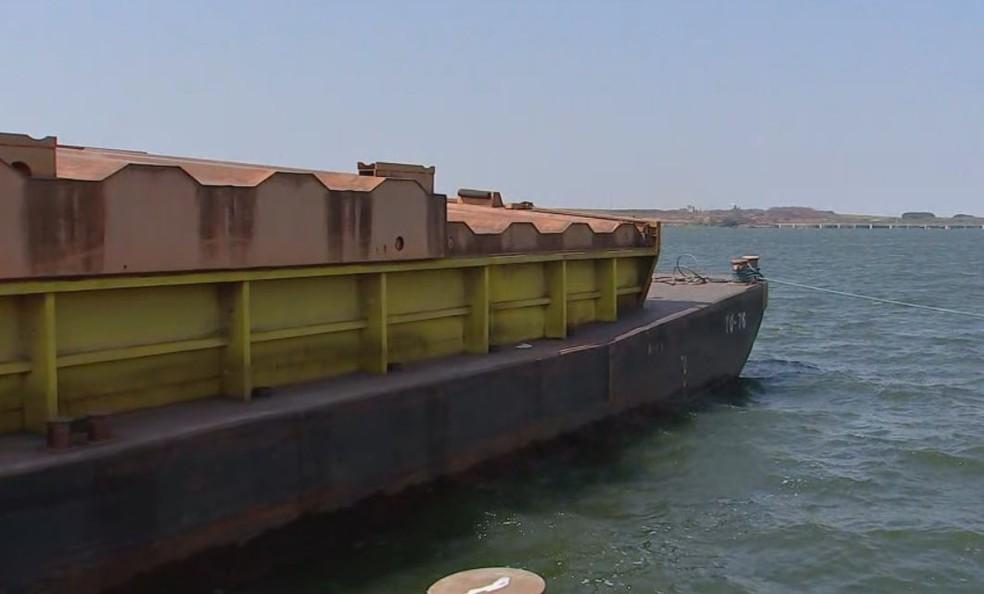 Barcaças que estão operando em Pederneiras fazem o transporte com capacidade reduzida  — Foto: TV TEM / Reprodução